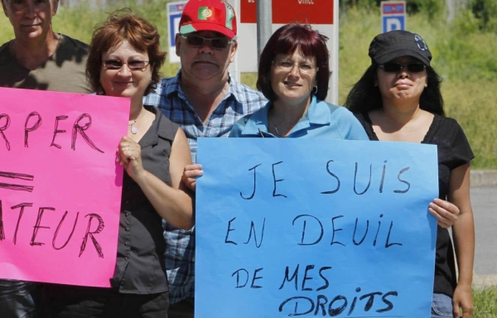 Des employés de Postes Canada manifestent à Montréal contre leur retour forcé au travail.<br />