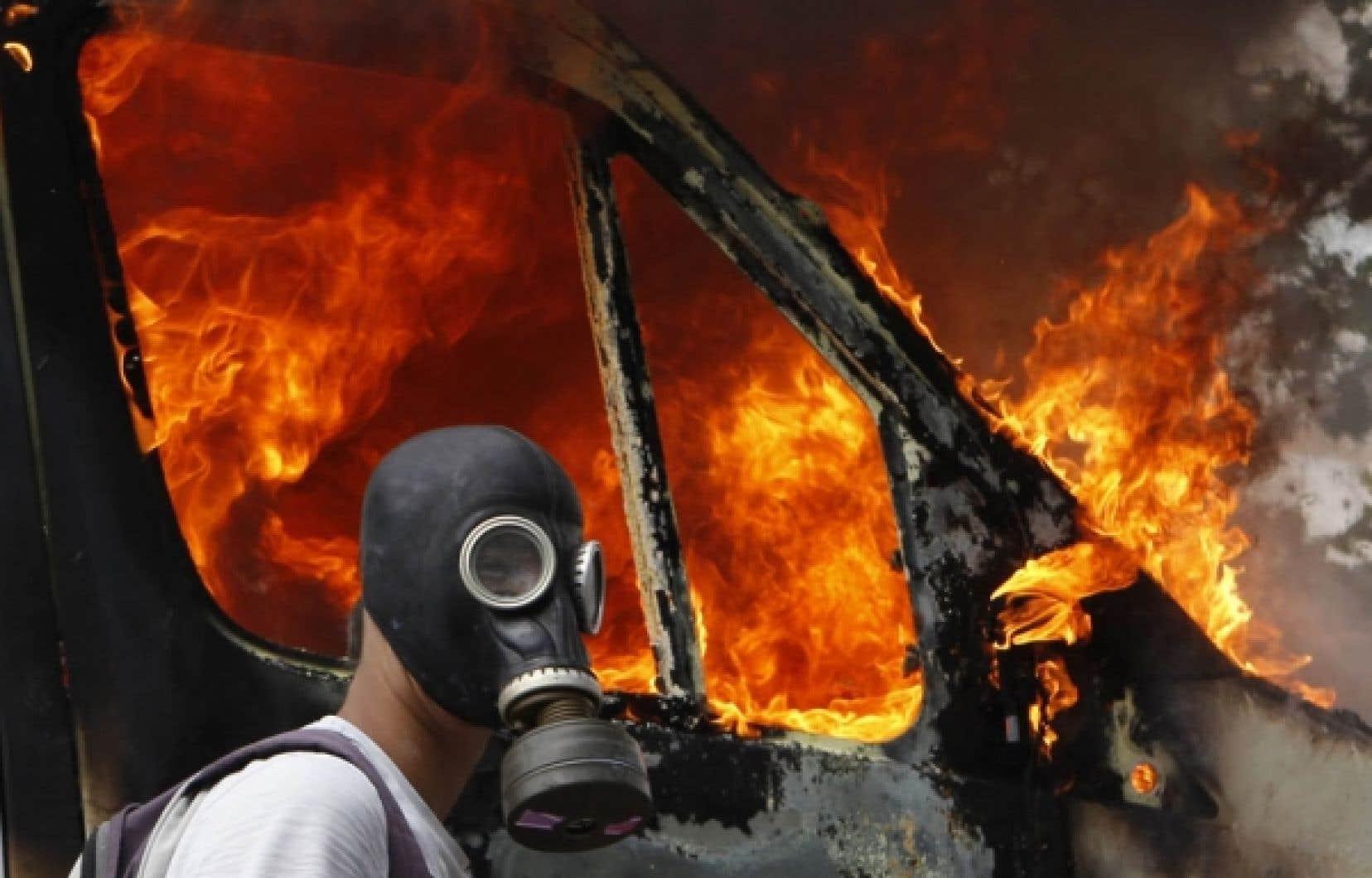 Ce manifestant avait pris ses précautions avant d'aller affronter les forces de l'ordre à Athènes: il s'était équipé d'un masque à gaz.<br />