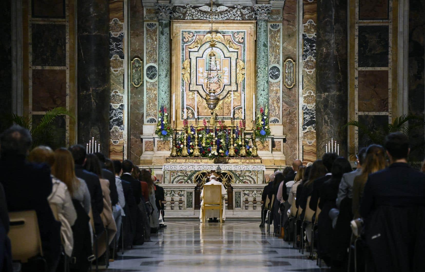 Le pape François priedans la chapelle grégorienne de la Basilique Saint-Pierre, au Vatican, au débutdu mois de mai.