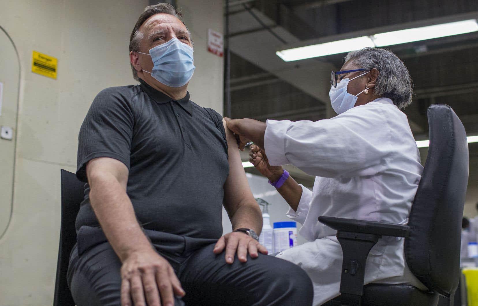 C'est Régine Laurent qui a administré la deuxième dose du vaccin Pfizer au premier ministre François Legault, lundi matin, au centre de vaccination du Stade olympique de Montréal.