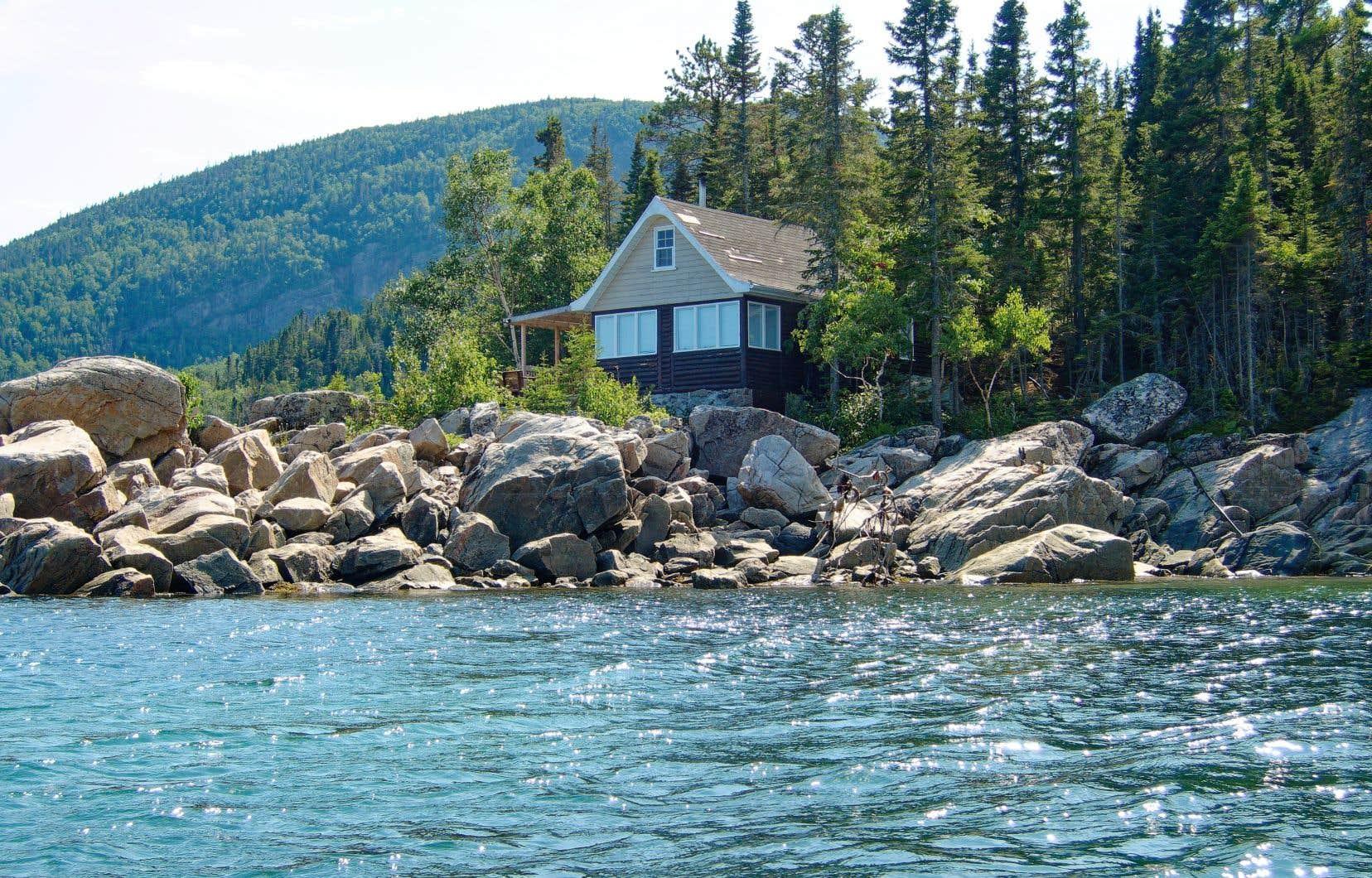 Si au Québec les cours d'eau sont publics et que l'on peut, en théorie, y circuler librement; les terres pour y accéder sont très souvent privées, constate l'autrice.
