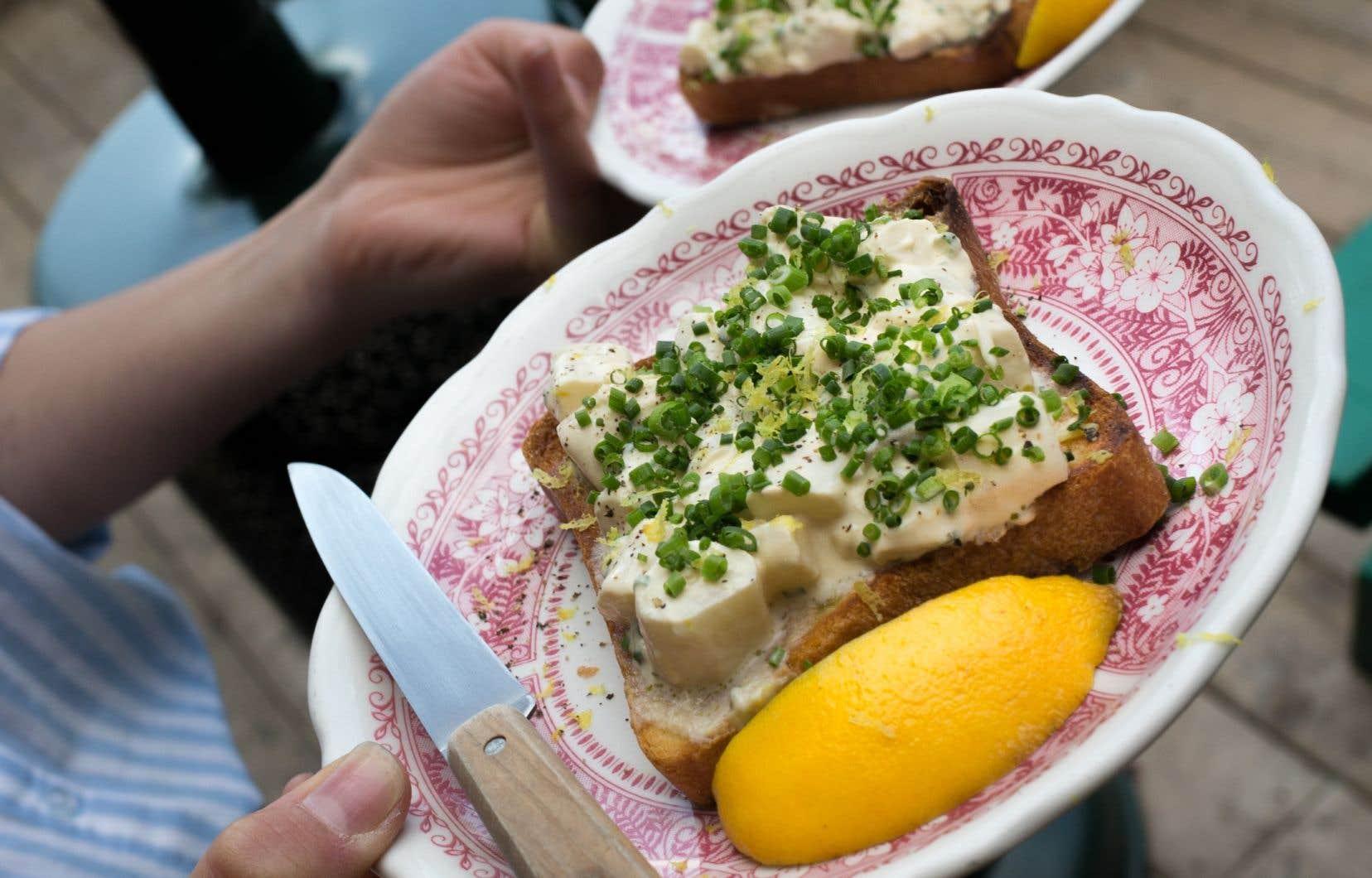 Un plat du restaurant Vin Papillon, situé à Montréal, met en vedette l'oursin, une ressource comestible du fleuve Saint-Laurent.