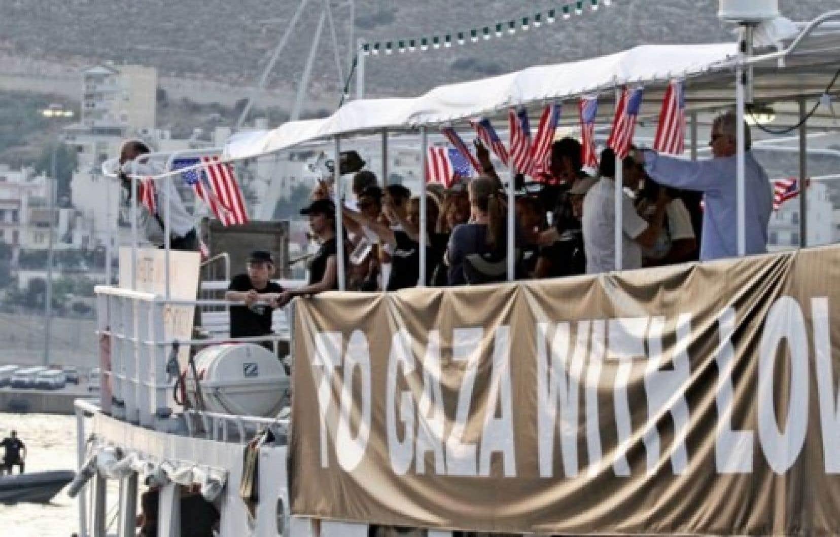 Des organisateurs de la Flottille ont déclaré que l'un des bateaux baptisé «Audace de l'espoir», qui transporte plusieurs dizaines d'Américains, a quitté le port de Perama, près d'Athènes, aujourd'hui en après-midi, mais qu'il a été intercepté par les garde-côtes grecs à un peu plus de trois kilomètres en mer.