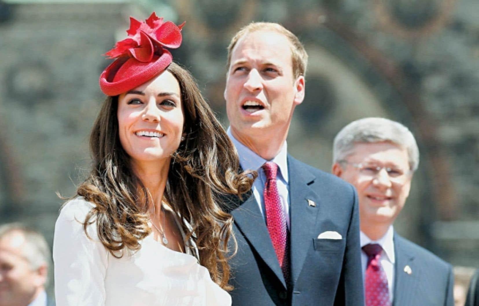 Pour l'occasion, la duchesse de Cambridge portait un chapeau rouge décoré de feuilles d'érable.<br />