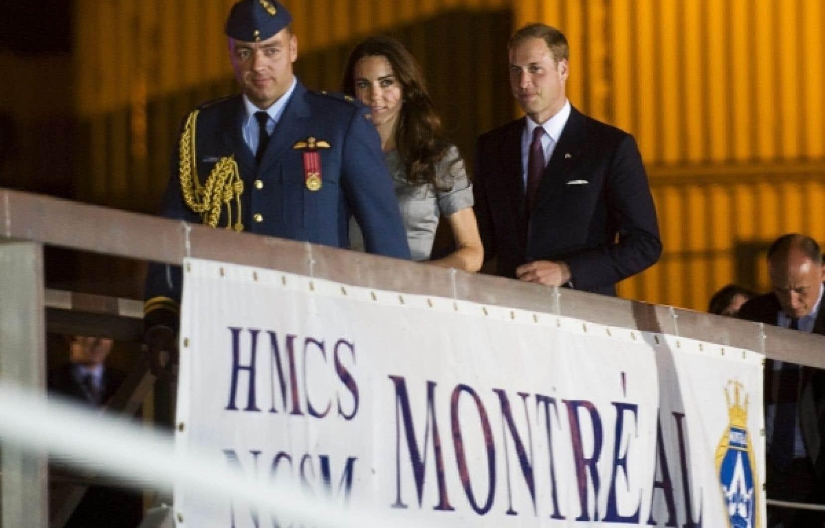 Après avoir participé à deux événements en vase clos dans la métropole, William et Kate ont pris en soirée la direction de Québec en bateau. Ils passeront la nuitée sur le Saint-Laurent à bord du HMCS Montréal.