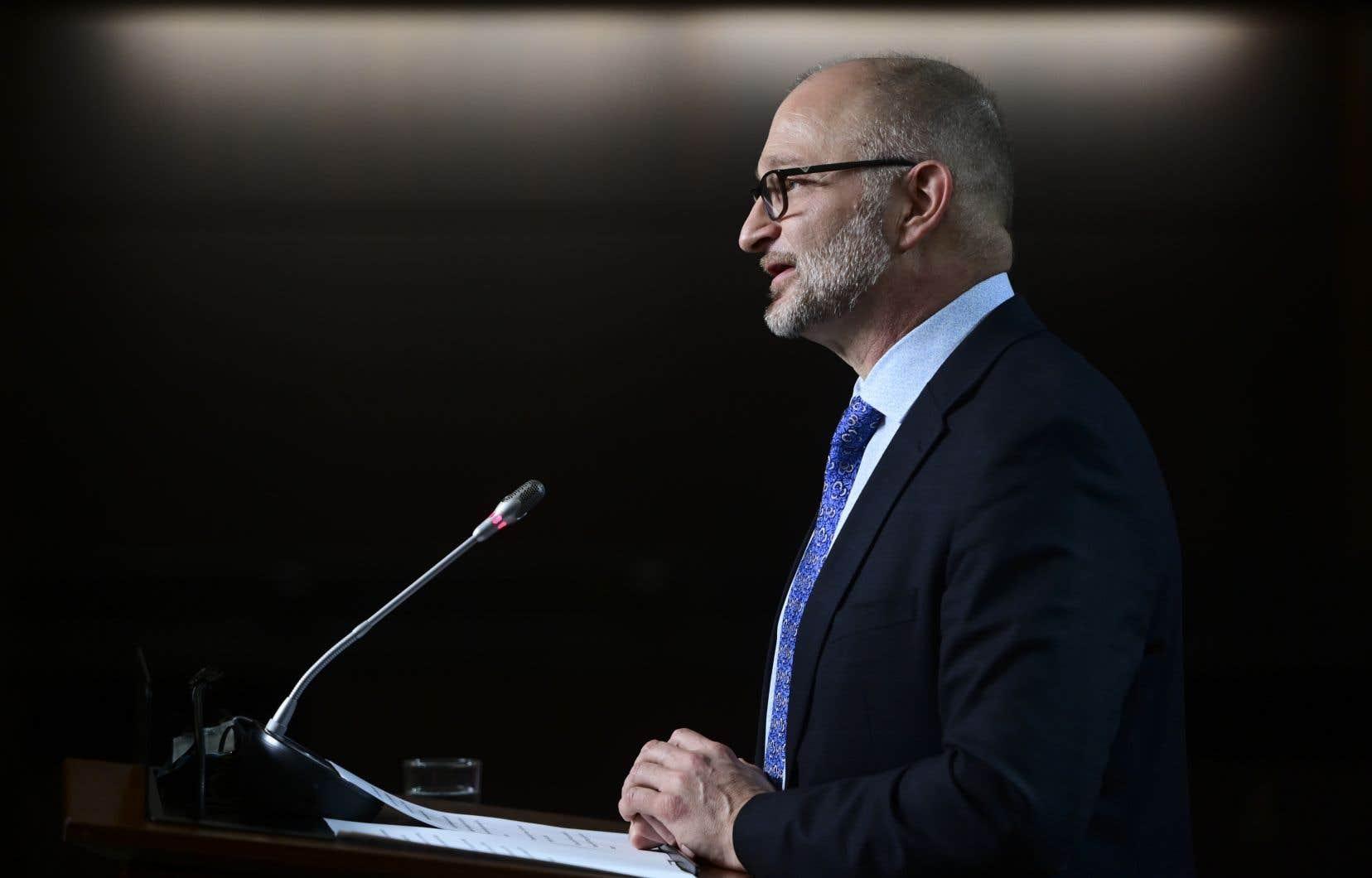 Aux communes, le ministre de la Justice, David Lametti, a plaidé auprès de ses collègues qu'il fallait agir contre les individus qui se cachent derrière «l'anonymat de leur écran» pour répandre la haine.