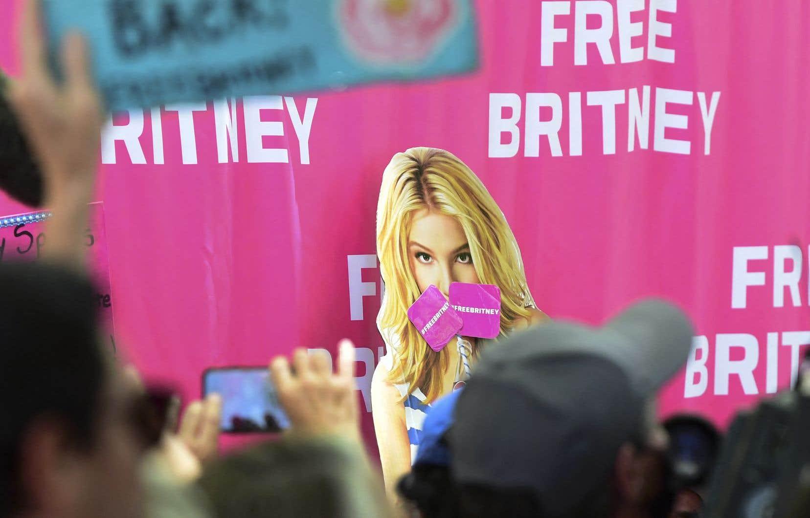 Plusieurs dizaines d'admrateurs de Britney Spears étaient présents mercredi devant le tribunal pour manifester leur soutien à leur idole.