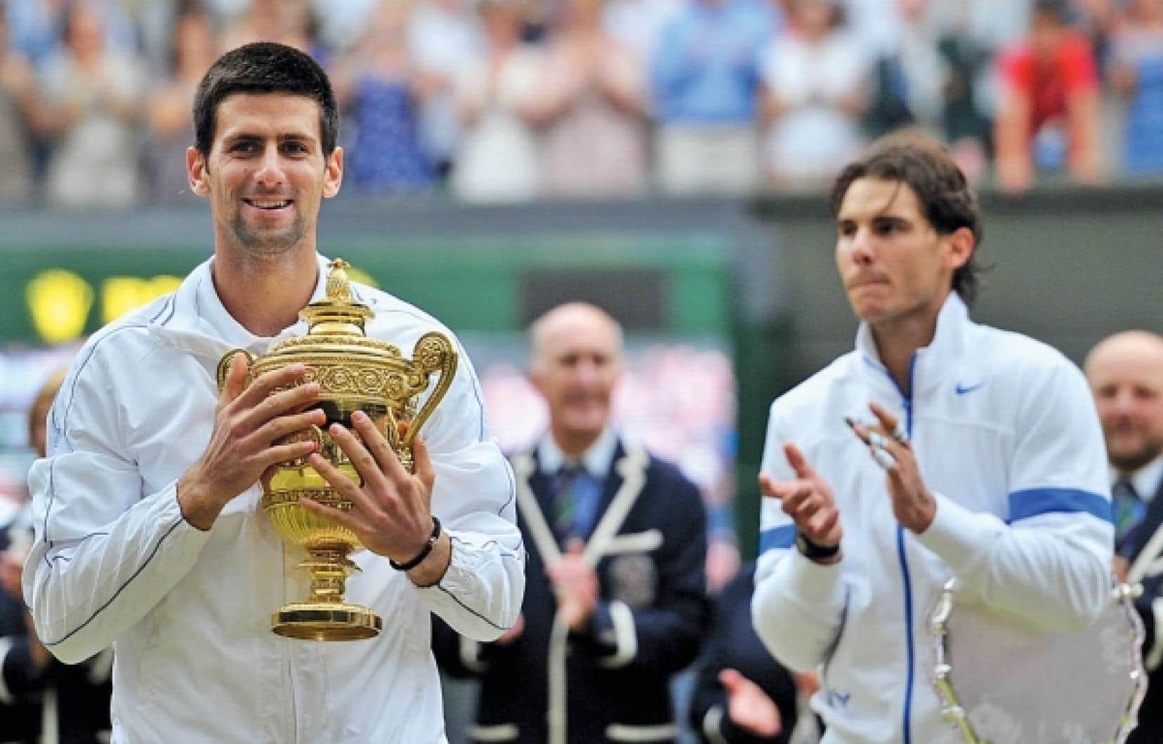 Novak Djokovic a confirmé son nouveau statut de meilleur joueur du monde en remportant hier son premier tournoi de Wimbledon, écrasant Rafael Nadal en finale 6-4, 6-1, 1-6, 6-3.<br />