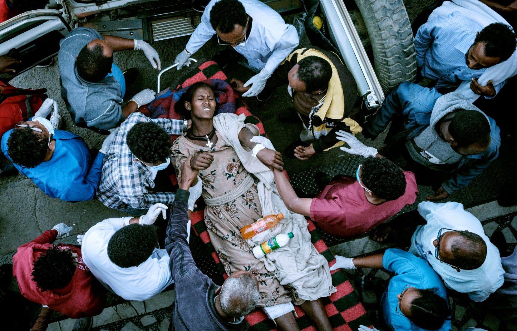 L'armée éthiopienne est accusée d'avoir empêché les secours d'accéder à Togoga et les blessés de se rendre à l'hôpital de Mekele, après avoir bombardé la région, mardi. Sur la photo, une victime de la frappe aérienne de Togoga en route vers l'hôpital, mercredi.