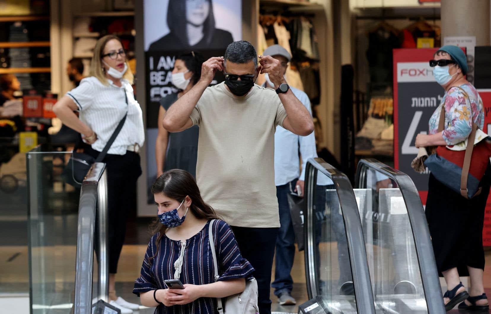 Le ministère israélien de la Santé a annoncé que le port du masque était à nouveau obligatoires «dans tous les lieux qui ne sont pas en plein air, à l'exception du domicile».