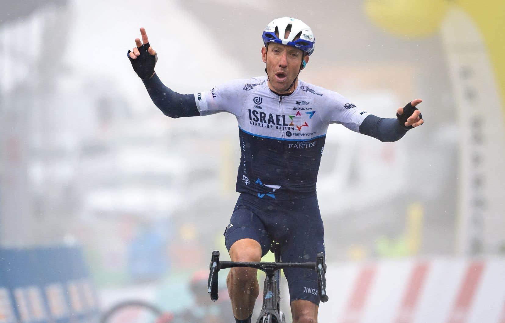 Le Canadien Michael Woods célèbre en franchissant la ligne d'arrivée de l'étape 5, 161,3 km de Sion à Thyon 2000, lors dy Tour de Romandie pour la UCI World Tour 2021, le 1er mai 2021 à Thyon.