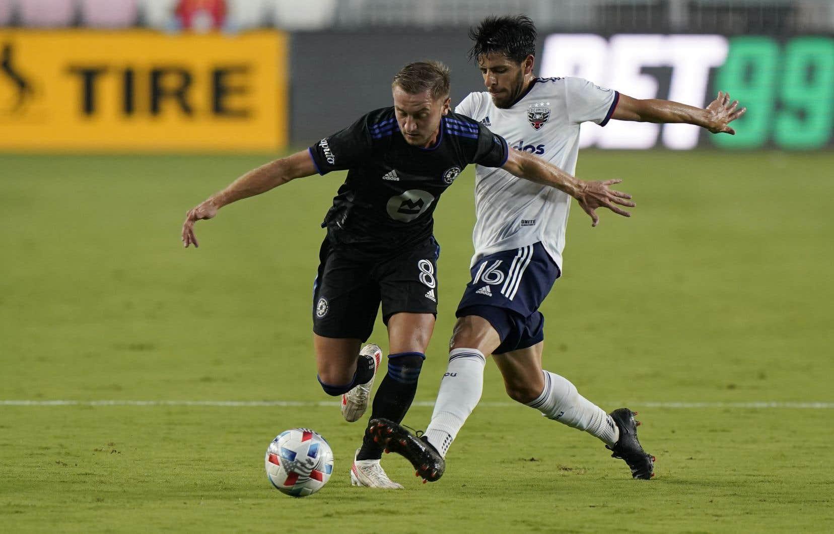 Le milieu de terrain du CF Montréal Djordje Mihailovic (8) et l'attaquant du DC United Adrien Perez, lors du match de mercredi à Fort Lauderdale, en Floride.