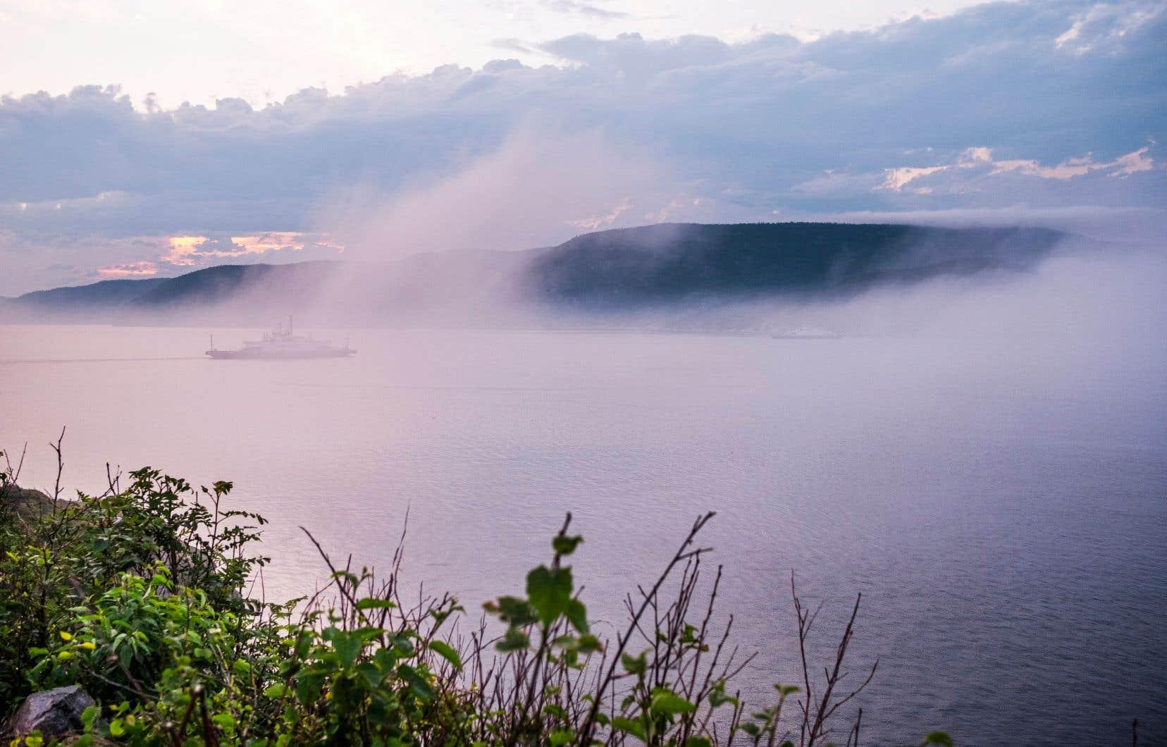 Une fine brume enrobe la baie de Tadoussac. Le village est situé au confluent de la rivière Saguenay et du fleuve Saint-Laurent.