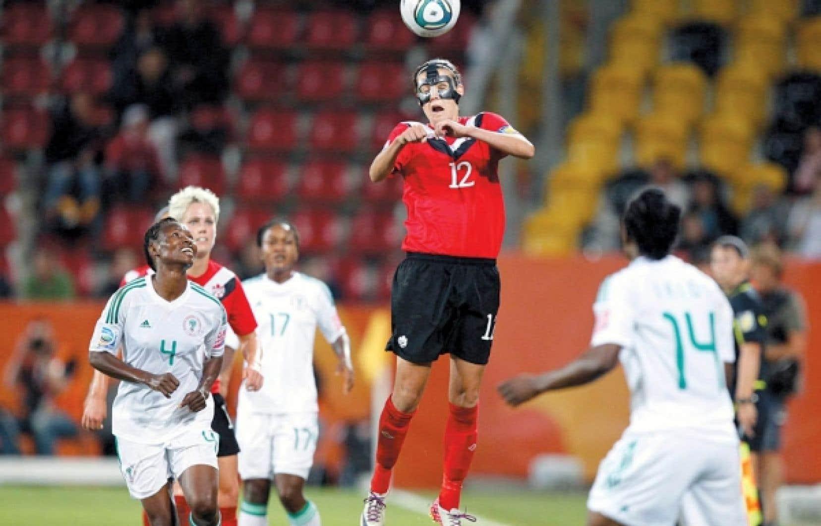 Malgré une fracture du nez, la capitaine de l'équipe canadienne Christine Sinclair a pu jouer hier avec un masque protecteur.<br />