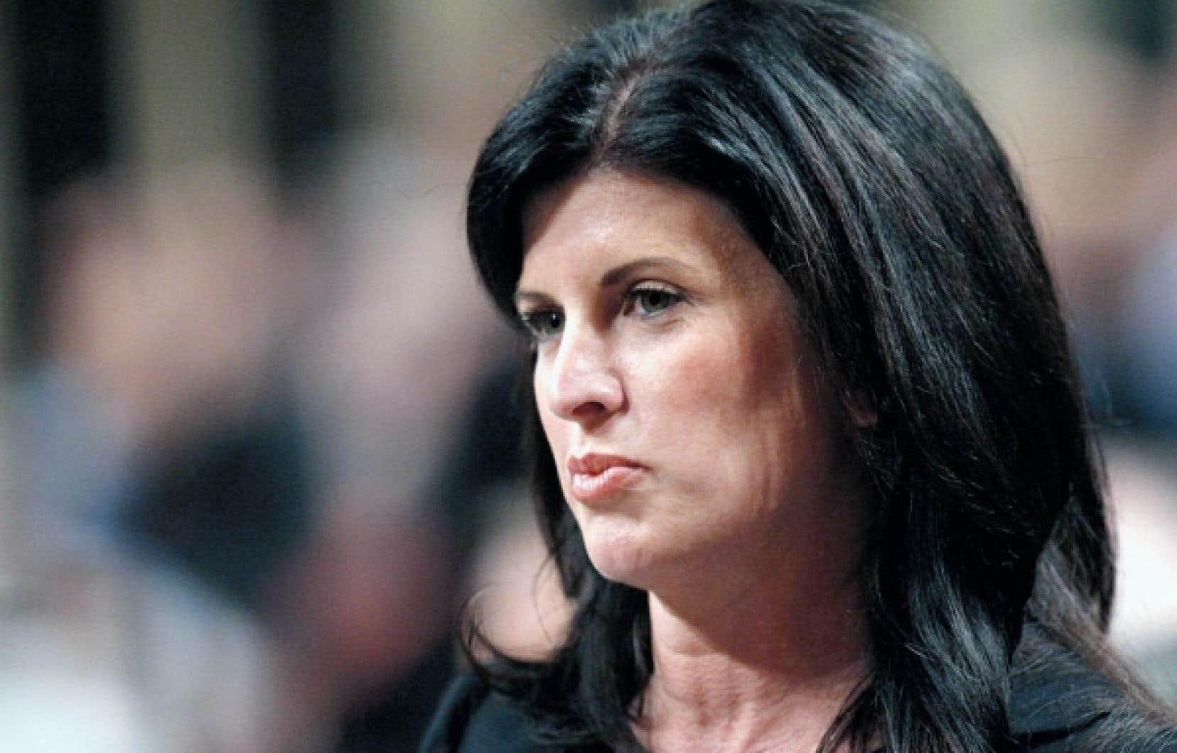 Rona Ambrose, ministre des Travaux publics et des Services gouvernementaux, justifie l'élimination de postes de vérificateurs par son désir de «fournir davantage d'occasions d'affaires aux entreprises canadiennes».<br />