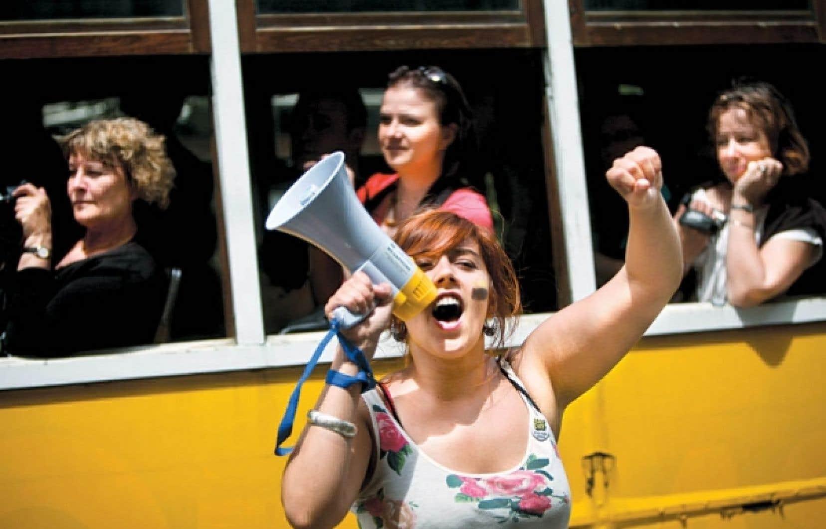 Mai 2011: des dizaines de milliers de Portugais défilaient dans la rue pour dénoncer le plan d'austérité du gouvernement de José Socrates. Une élection plus tard, l'Europe a salué l'ambitieux plan de redressement présenté par le gouvernement de Pedro Cassos Cœlho. Mais Moody's ne l'a pas entendu de la même oreille et elle a abaissé la note du pays, provoquant la colère en Europe.<br />