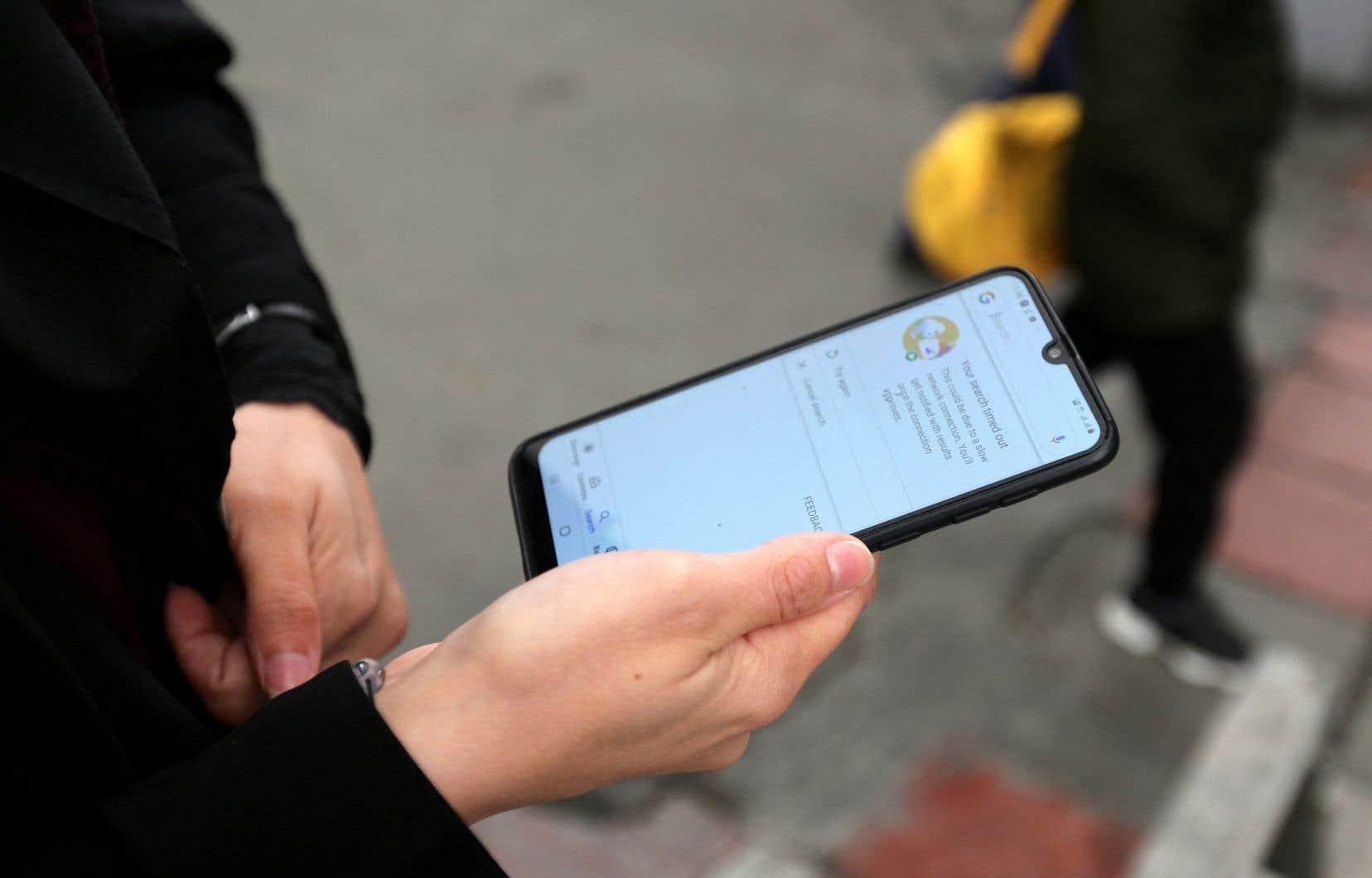 En Iran, l'accès à Internet est largement filtré ou restreint par les autorités: sans logiciel anticensure de type RPV (réseau privé virtuel — VPN en anglais), l'essentiel des pages Web hébergées hors du pays est inaccessible.