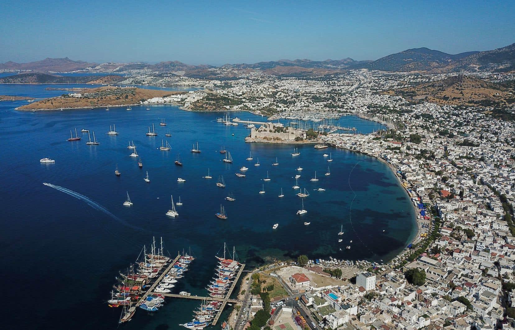 Surnommé le «Saint-Tropez turc», Bodrum a accueilli 4,34millions de touristes en 2019. Ce nombre a chuté des deux tiers en 2020, et seulement 350000 touristes sont venus entre janvier et mai 2021.