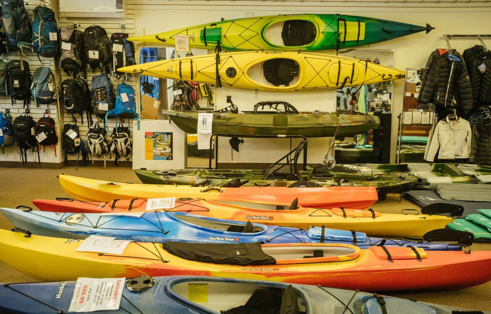 Le manque de marchandises a touché surtout les équipements de sports nautiques. Très peu de modèles de kayaks, de planches à pagaie et d'accessoires sont présentement disponibles dans les magasins de plein air, alors que la demande pour ces articles est plutôt forte.