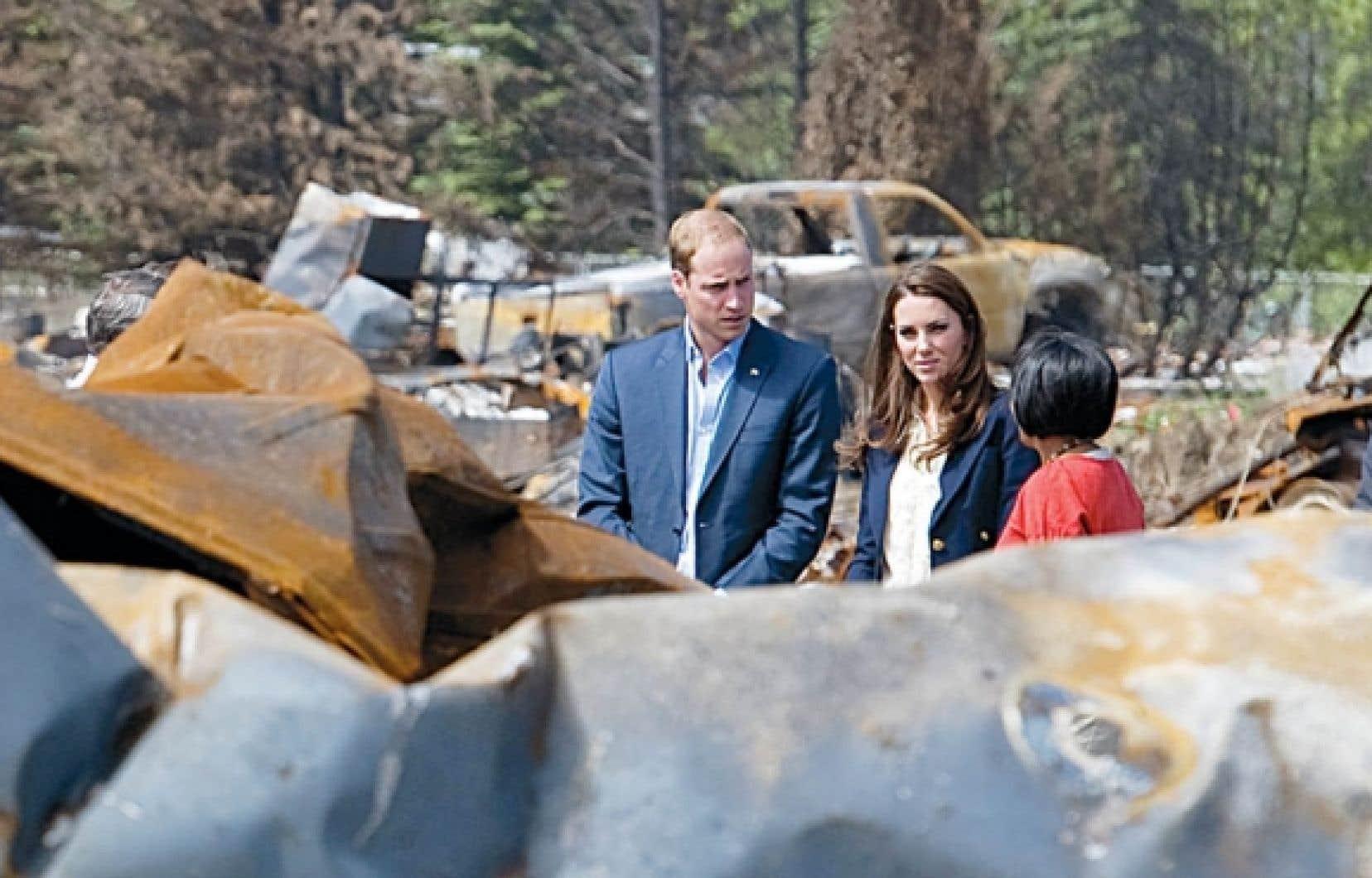 Le prince William et sa femme Catherine visitent Slave Lake en compagnie de la mairesse de la ville, Karinas Pillay-Kinnee.