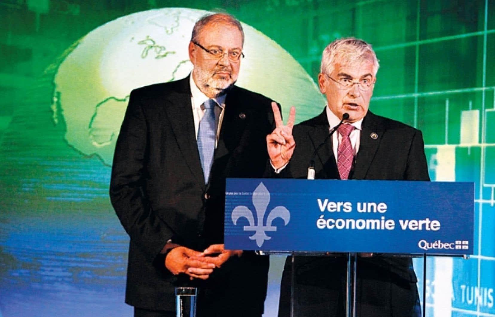 Le ministre du D&eacute;veloppement durable, de l&rsquo;Environnement et des Parcs, Pierre Arcand, et le ministre du D&eacute;veloppement &eacute;conomique, Cl&eacute;ment Gignac, ont annonc&eacute; que le plan qu&eacute;b&eacute;cois imposera d&egrave;s 2013 ses premi&egrave;res r&eacute;ductions &agrave; une centaine de grandes entreprises.<br />