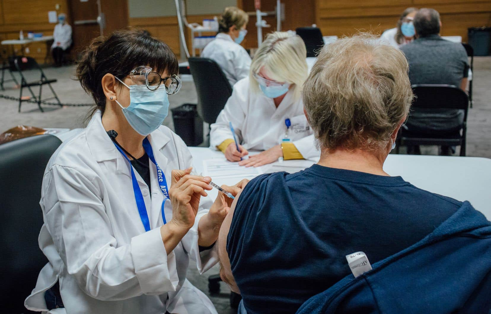 De nombreux pays ontrestreint l'utilisation du vaccin d'AstraZeneca aux personnes âgées et certains ont arrêté de l'utiliser.