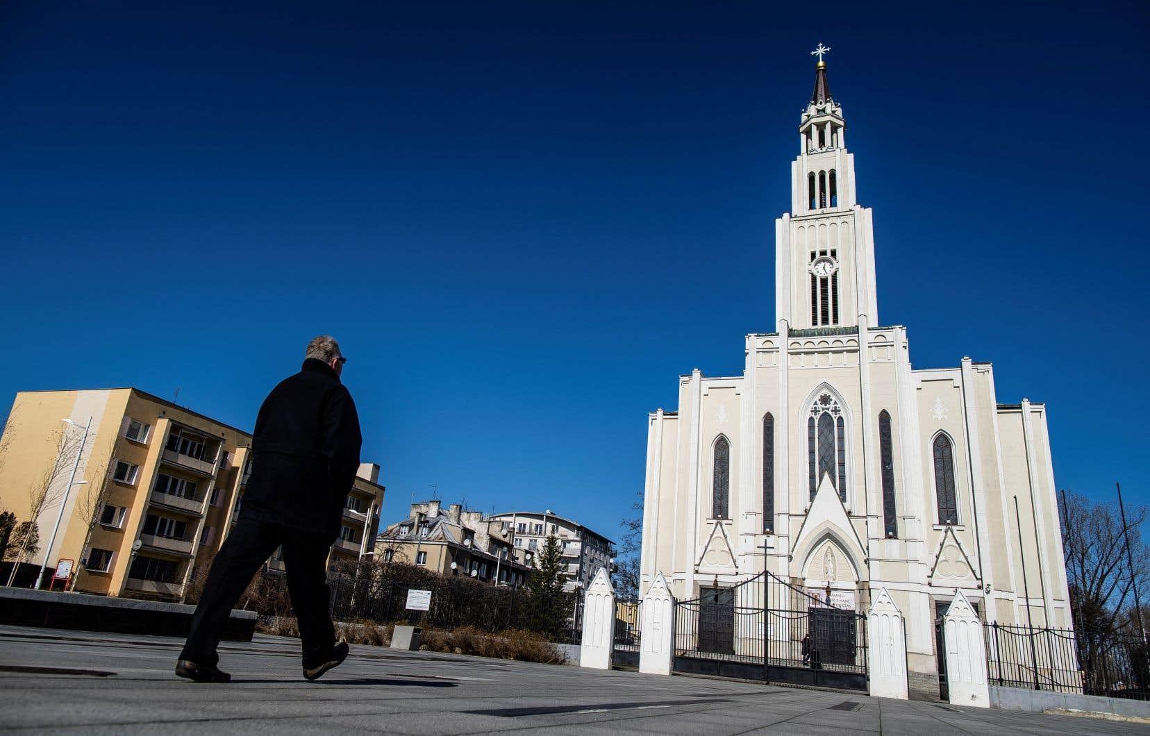 Le chef de l'Église catholique de Pologne, l'archevêque Wojciech Polak, a réitéré ses excuses aux victimes et leur a demandé pardon. Sur la photo, une église de Varsovie.