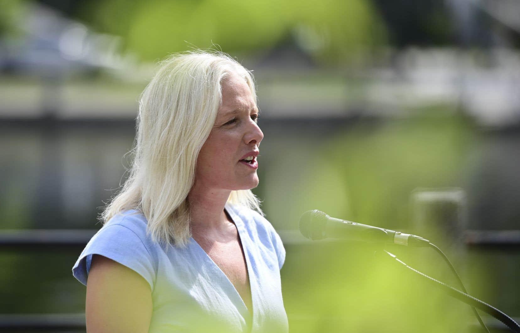 En tant que ministre de l'Environnement, Catherine McKenna a été fréquemment la cible d'attaques haineuses, à la fois en ligne et en personne.
