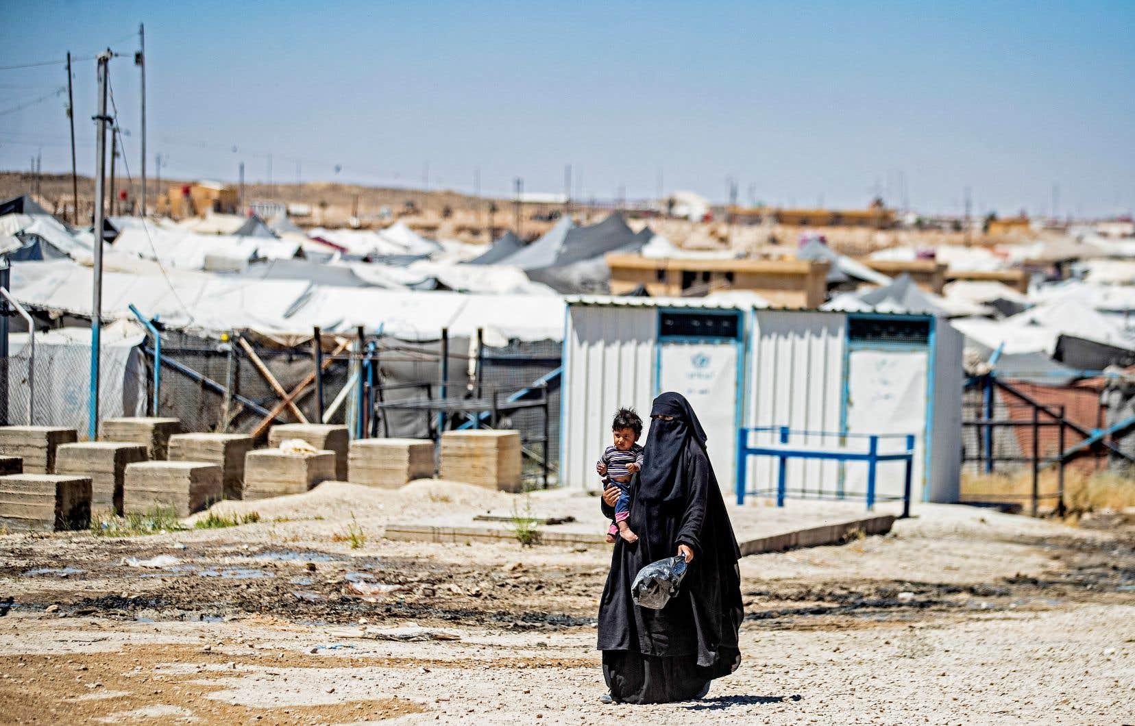 Environ 10 000 combattants présumés du groupe armé État islamique et leurs familles, dont des Canadiens, sont maintenus dans des camps de détention au nord de la Syrie. En photo, des prisonniers étaient libérés du camp Al-Hol, sous contrôle kurde, le 2 juin dernier.