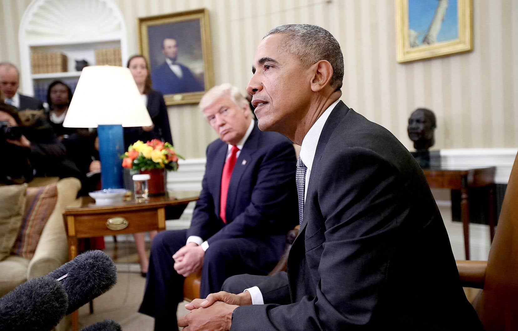 Dans une de ses rares apparitions publiques, l'ancien président américain Barack Obama a estimé, mardi, que Donald Trump avait violé «les principes fondamentaux» de la démocratie en promouvant la thèse fallacieuse d'une fraude électorale. On voit ici les deux anciens présidents à Washington, en 2016.