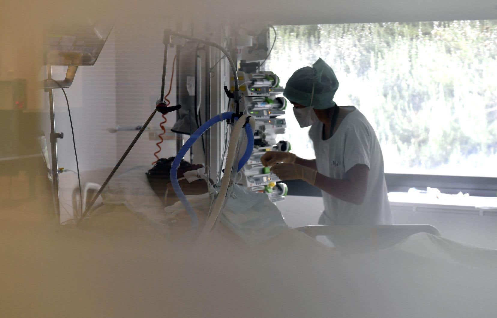 «La vaccination contre la COVID-19 devrait être obligatoire pour tout le personnel des établissements de santé ayant des contacts avec les patients, y compris le personnel d'entretien, notamment dans les départements d'oncologie», écrit l'autrice.