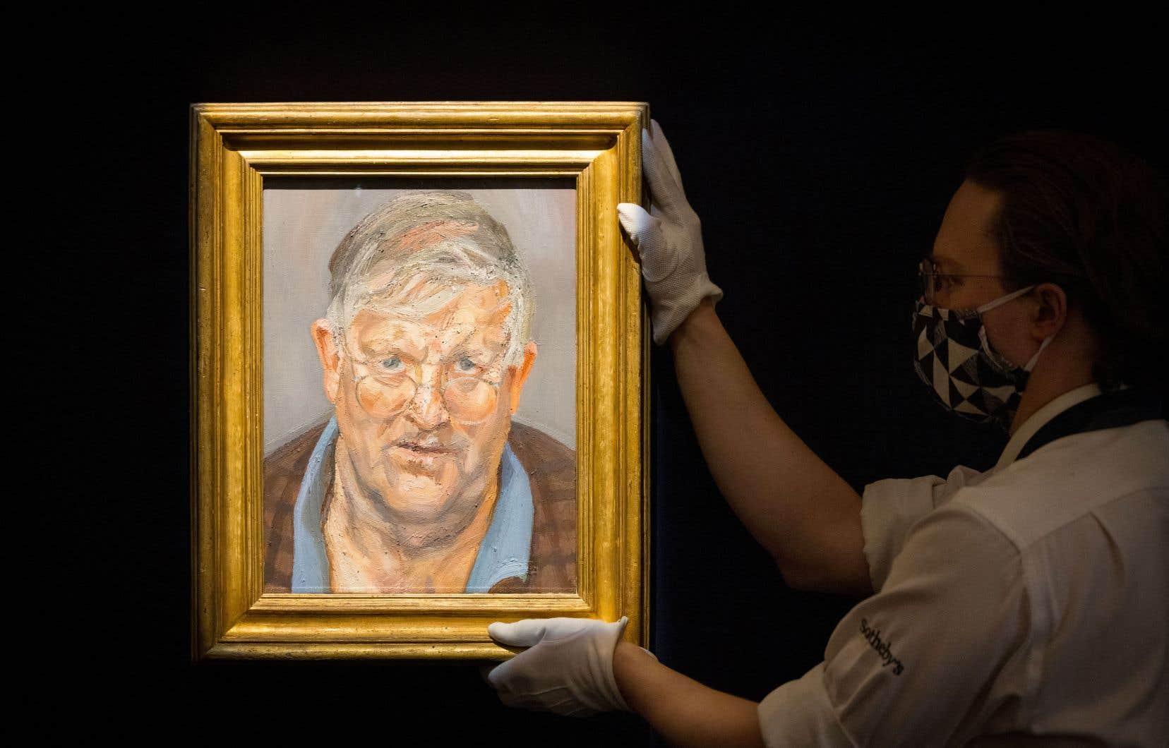 David Hockney, l'un des artistes vivants les plus chers au monde, y apparaît sourcils légèrement froncés, portant le regard par-dessus de fines lunettes, «en pleine réflexion, révélant sa chaleur et sa curiosité», selon Sotheby's.