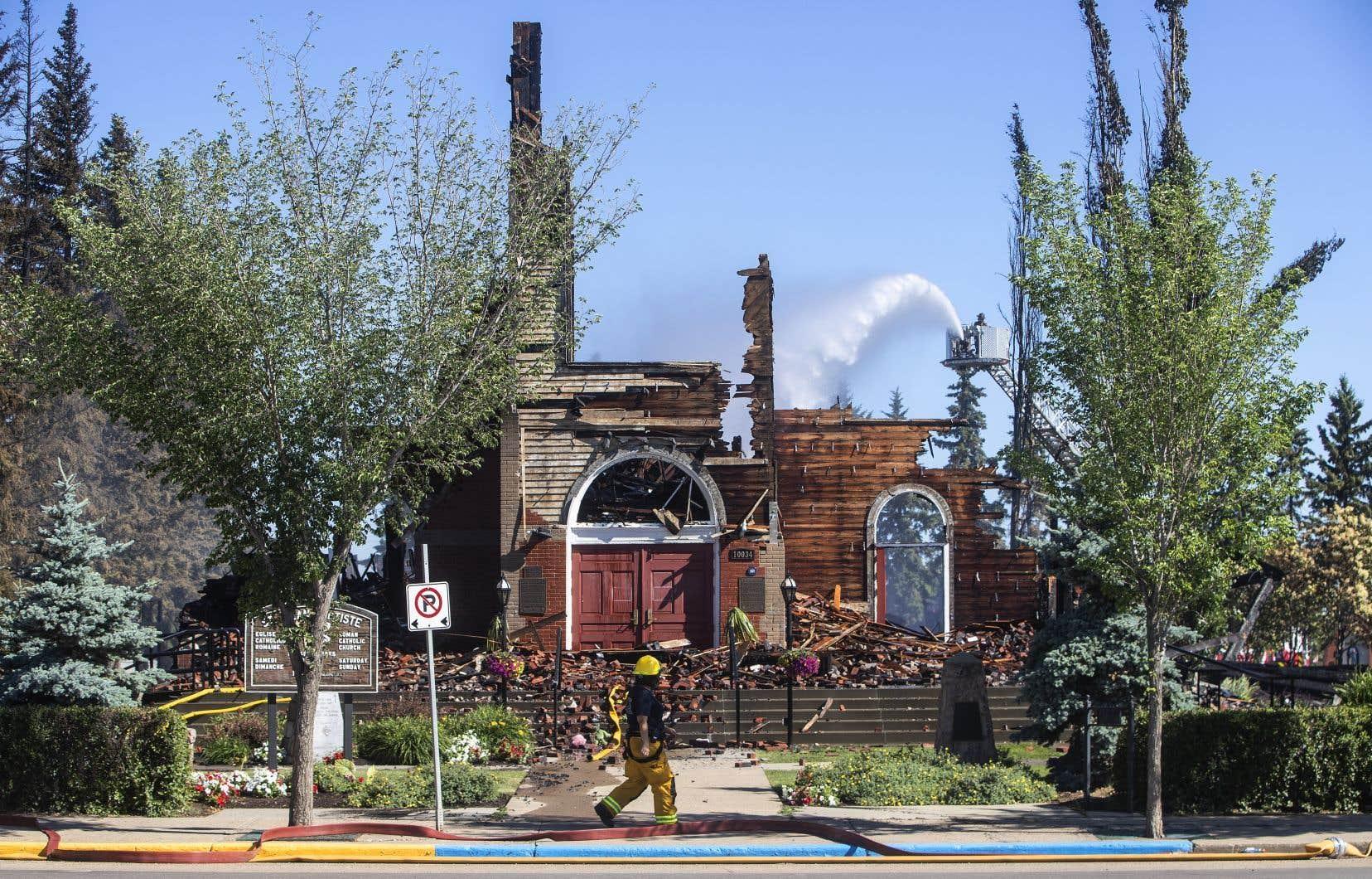 À l'église paroissiale Saint-Jean-Baptiste, à Morinville, le brasier était si intense que les pompiers n'avaient pas pu entrer dans le bâtiment et que le toit s'était effondré peu de temps après, selon le directeur général des infrastructures et des services communautaires de Morinville.