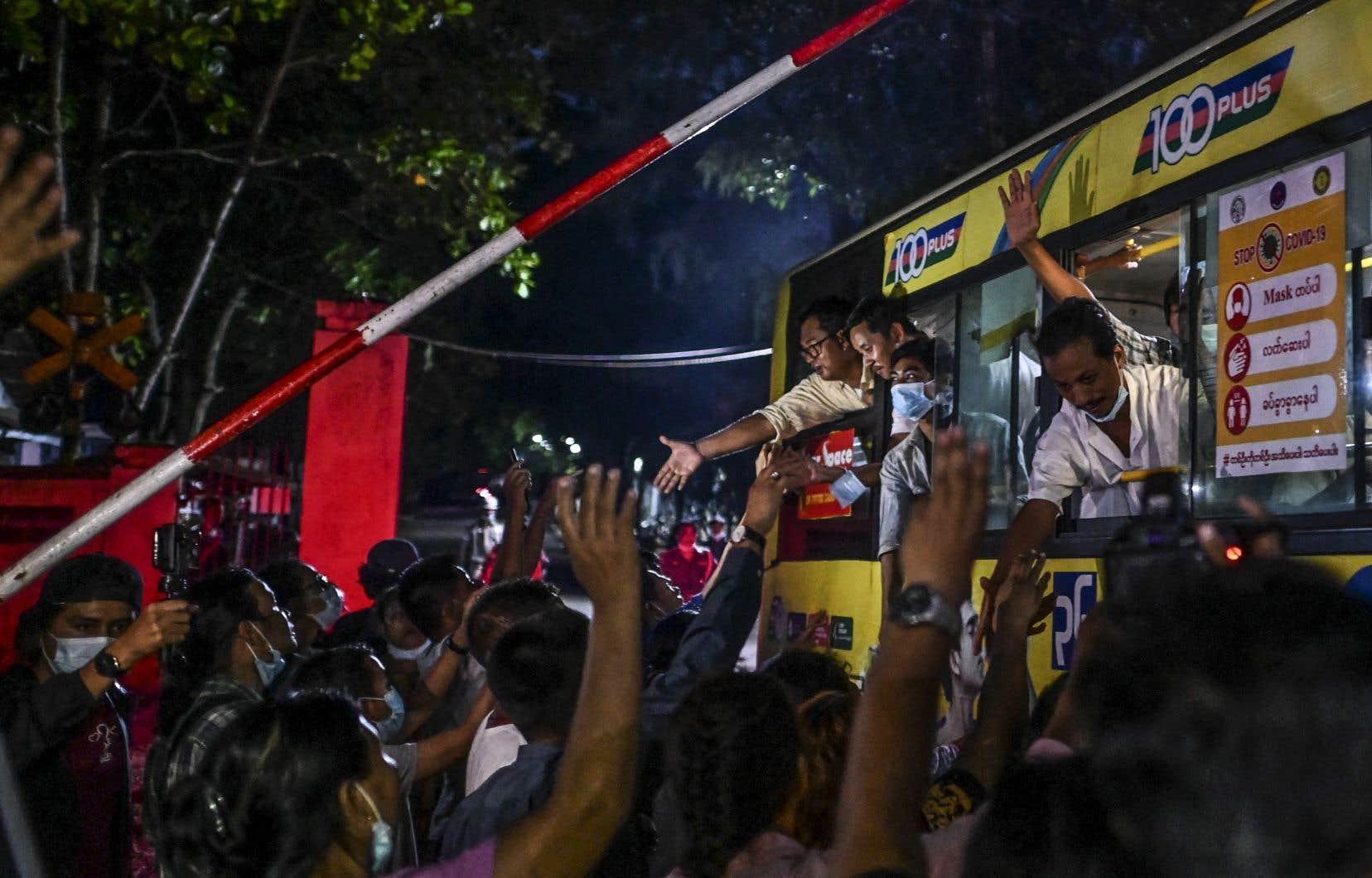 Des proches accueillent leurs proches tout juste libérés de la prison d'Insein à Yangon, le 30 juin 2021, à la suite d'une recrudescence des arrestations de manifestants depuis le coup d'État militaire de février.
