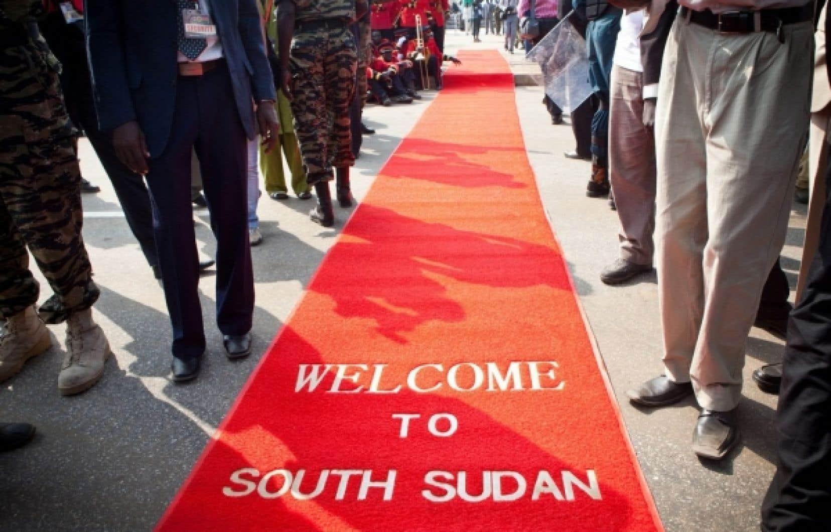 Un tapis rouge a été déroulé pour la nouvelle nation, lors de la cérémonie pour l'indépendance du Sud-Soudan à Juba, aujourd'hui. Le Sud-Soudan est officiellement devenu le 193e pays au monde après avoir voté pour la sécession du Soudan en janvier dernier.<br />
