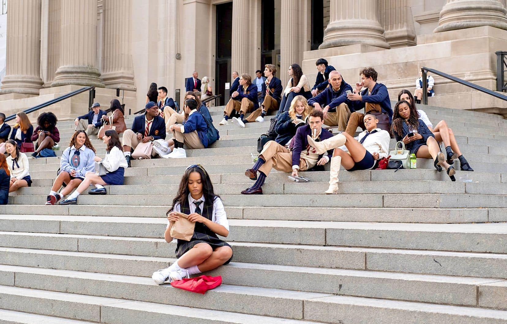 Dans la nouvelle mouture de «Gossip Girl», on retrouvera l'école privée de l'élite new-yorkaise, tout comme les fameuses marches du Met. Toutefois, ce n'est pas Blair et Serena qui y seront assises, mais plutôt une toute nouvelle brochette d'étudiants, dont la délurée Julien (Jordan Alexander) et la timide Zoya (Whitney Peak).