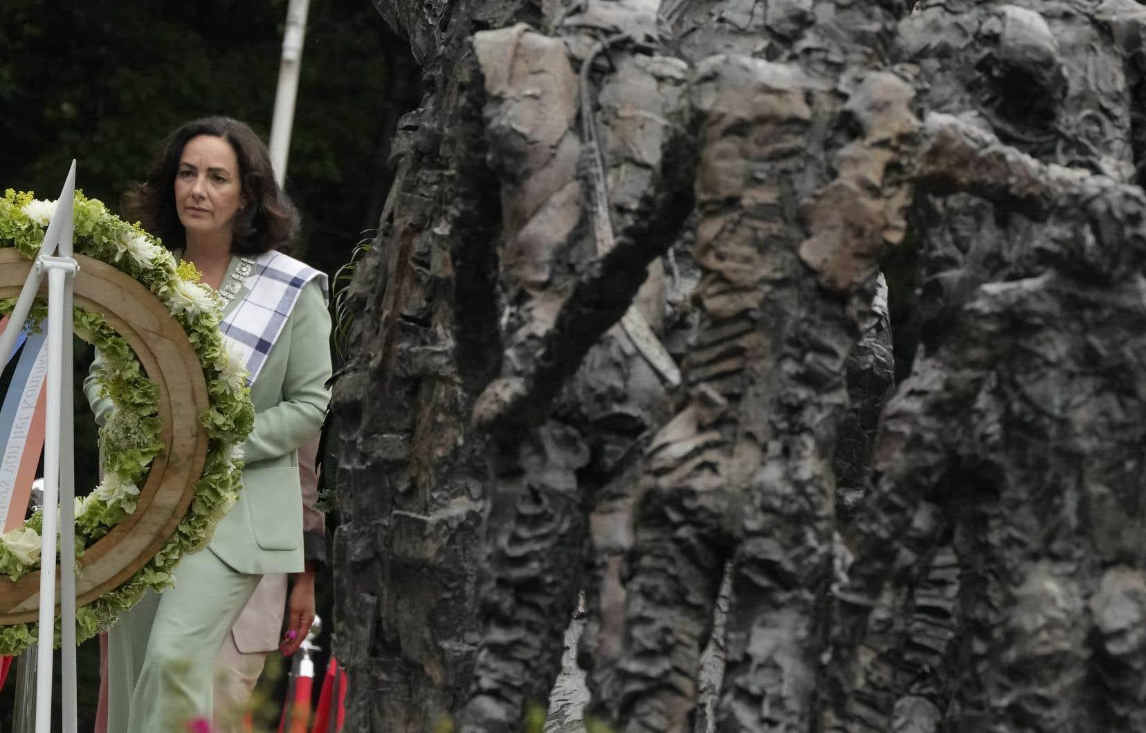 La mairesse Femke Halsema a déposé une couronne au Monument national de l'esclavage après s'être excusé pour l'implication des dirigeants de la ville dans la traite des esclaves.