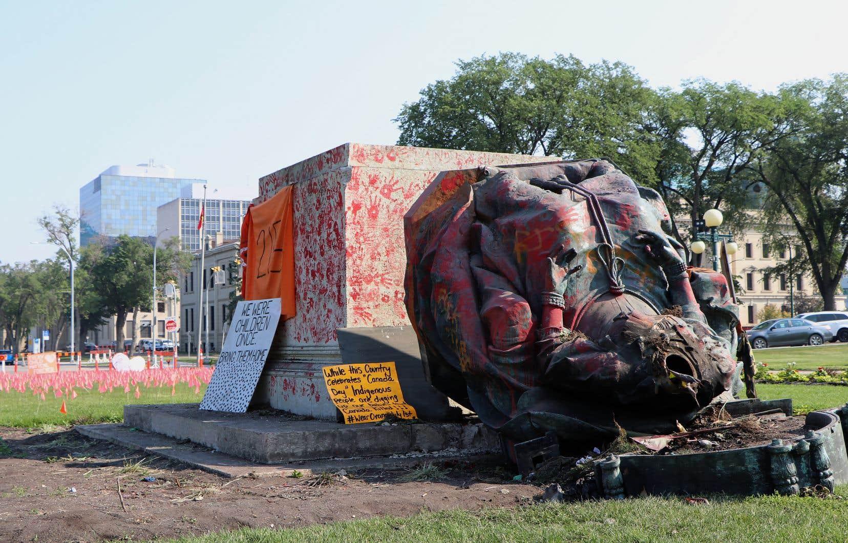 La statue de la reine Victoria, une importante structure située non loin de l'Assemblée législative du Manitoba, a été décapitée et aspergée de peinture rouge.