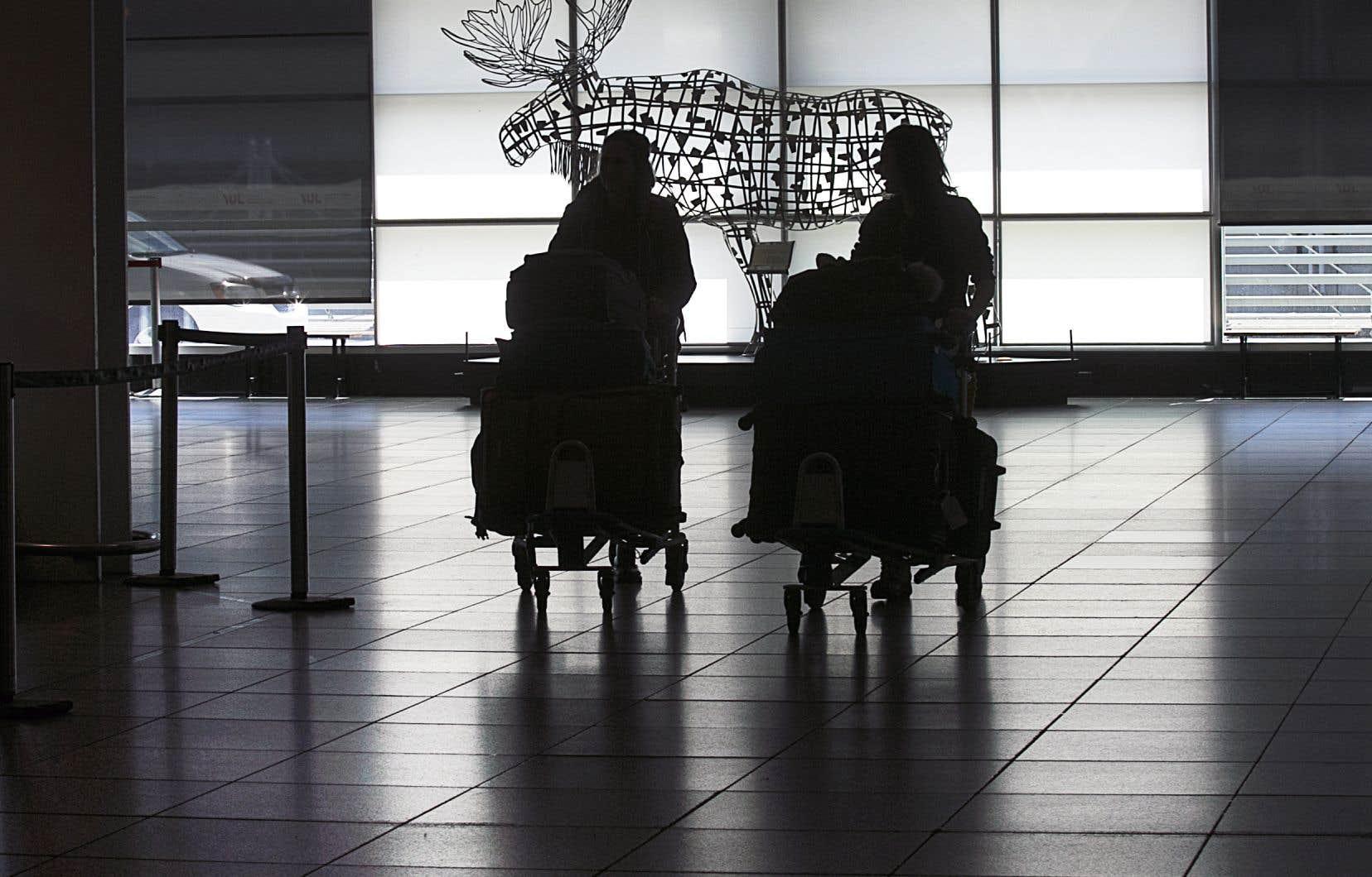 Les voyageurs entièrement vaccinés qui arrivent par avion ne seront pas tenus de séjourner dans un hôtel autorisé par le gouvernement, en attendant le résultat de leur test de dépistage à l'arrivée.