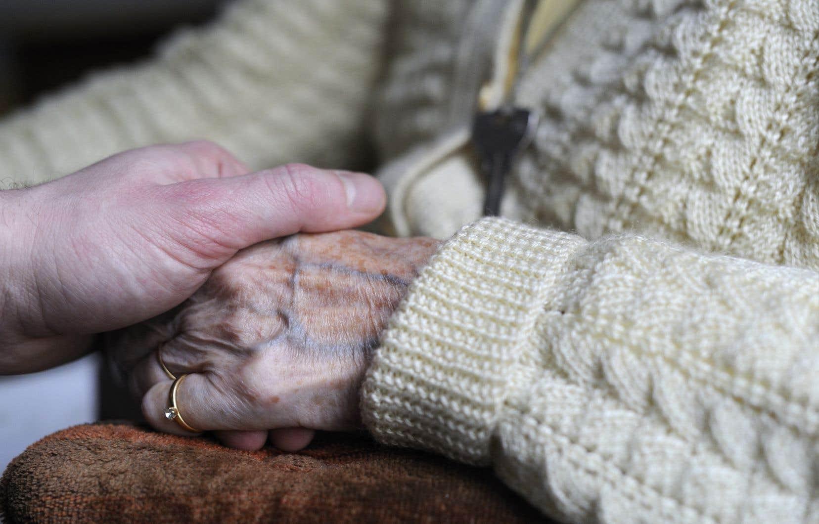 Il est urgent d'adapter notre filet social pour rendre possible l'adoption d'une nouvelle philosophie du vieillissement, fait valoir l'autrice.