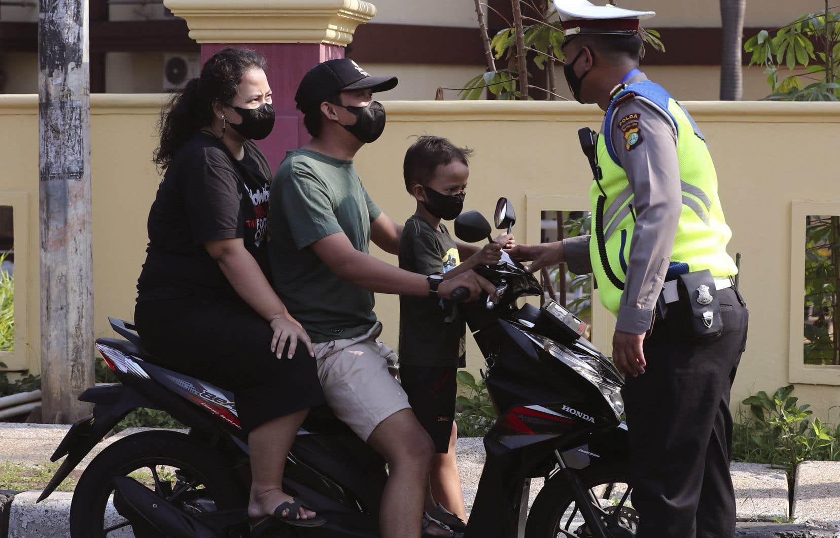 Des centaines de postes de contrôle ont été mis en place, tandis que les mosquées, les parcs, les centres commerciaux et les restaurants ont été fermés dans la capitale, Jakarta.