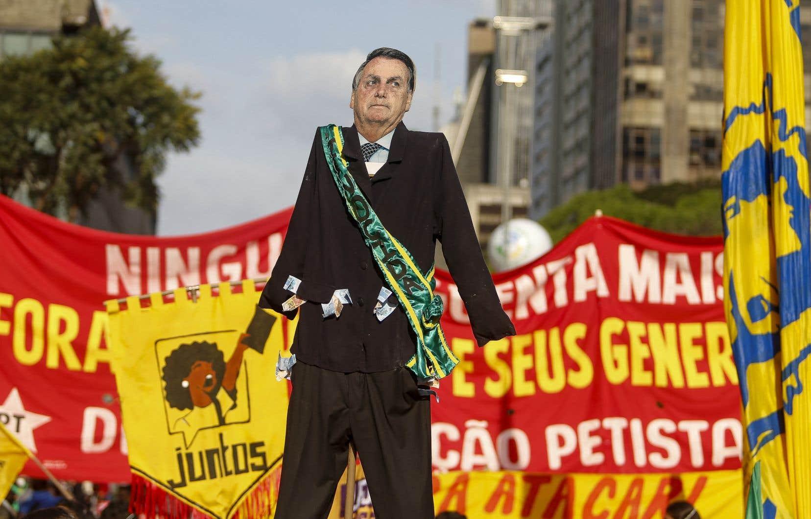 Des rassemblements ont eu lieu à l'appel de l'opposition également à Belem, Recife et Maceió où l'on pouvait lire sur des banderoles: «Bolsonaro génocidaire» ou «Destitution tout de suite».