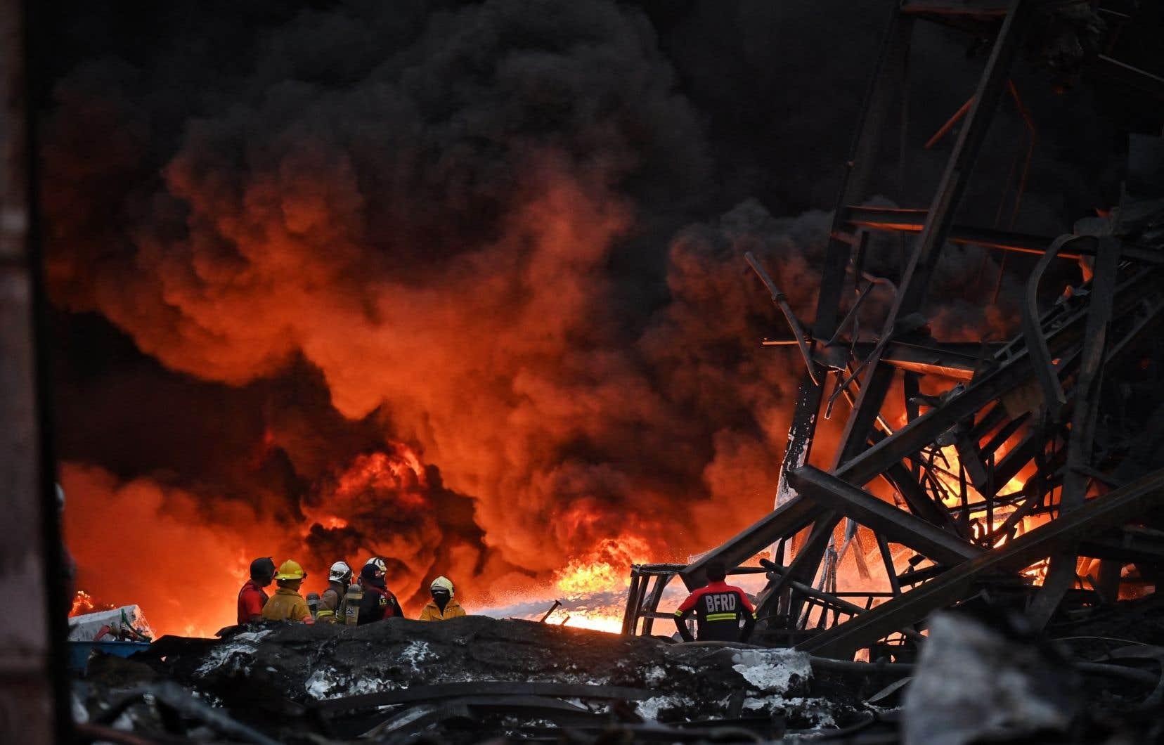 Environ 15heures après l'explosion, l'incendie faisait toujours rage et envoyait des nuages de fumée dans le ciel.