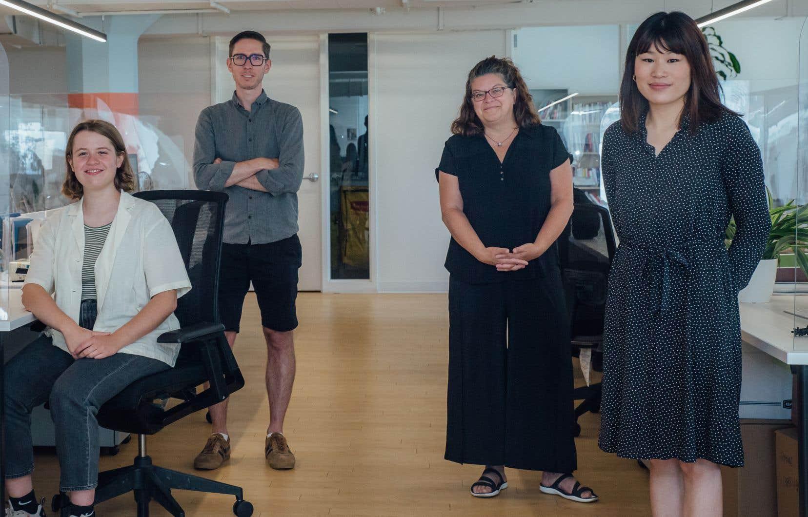 Deux des nouvelles stagiaires du «Devoir», Myriam Boulianne (à droite) et Lise Denis (à gauche), dans la salle de rédaction, en compagnie du journaliste Philippe Papineau et de la rédactrice en chef, Marie-Andrée Chouinard.