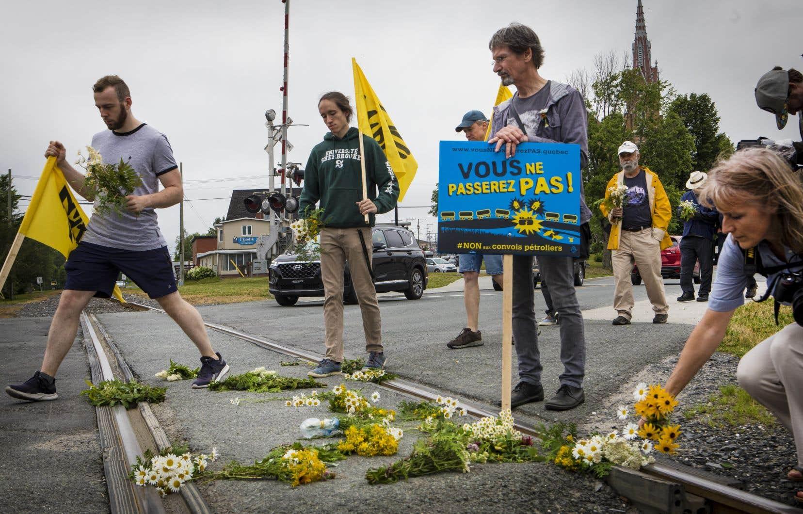 Les manifestants ont souligné la mémoire des victimes en déposant des fleurs sur les rails.