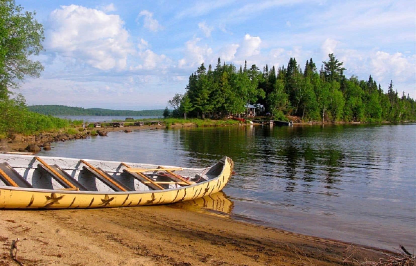 Matakan, campement traditionnel attikamek aménagé sur un îlot au milieu du lac Kempt. <br />
