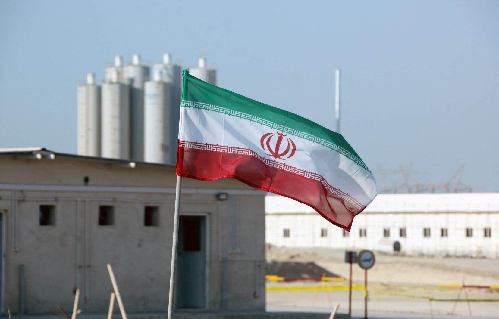 Un drapeau iranien flotte devant la centrale nucléaire iranienne de Bushehr, lors de travaux de modernisation en 2019.