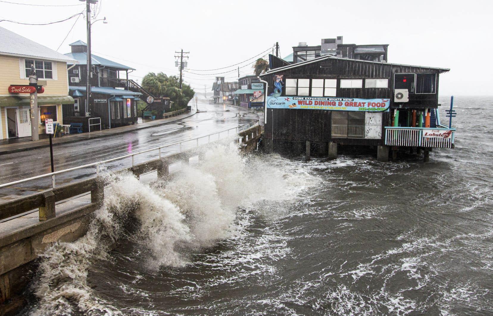 L'avertissement d'ouragan lancé à Tampa a été annulé, mais les météorologues craignaient toujours la tempête tropicale.