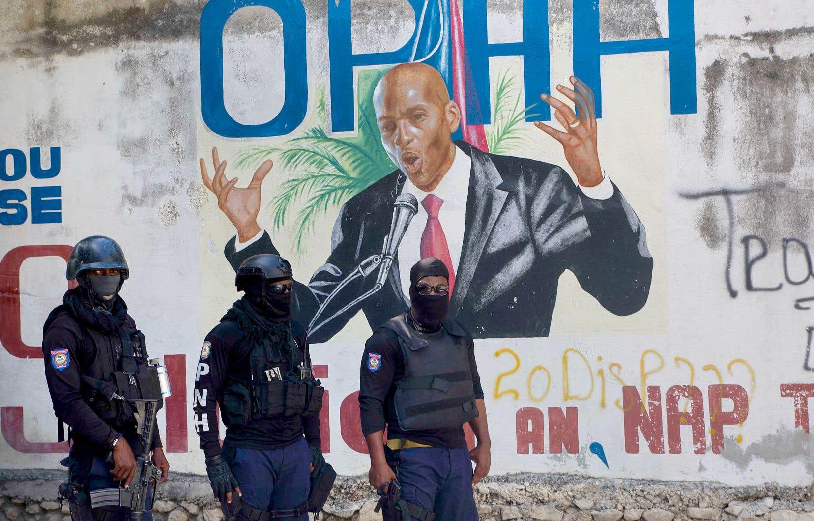 Des policiers montaient la garde mercredi près du palais présidentiel dans le quartier Pétion-Ville, à Port-au-Prince.