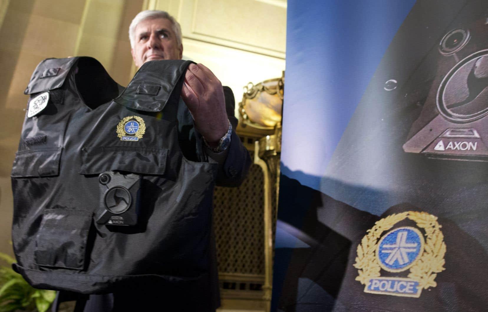 L'implantation de caméras pour les policiers fait de plus en plus consensus et l'expérience du projet-pilote mené par le Service de police de la Ville de Montréal (SPVM) en 2016 et 2017 amène la mairesse Plante à viser le début de l'année 2022 pour le début du déploiement de ces équipements.